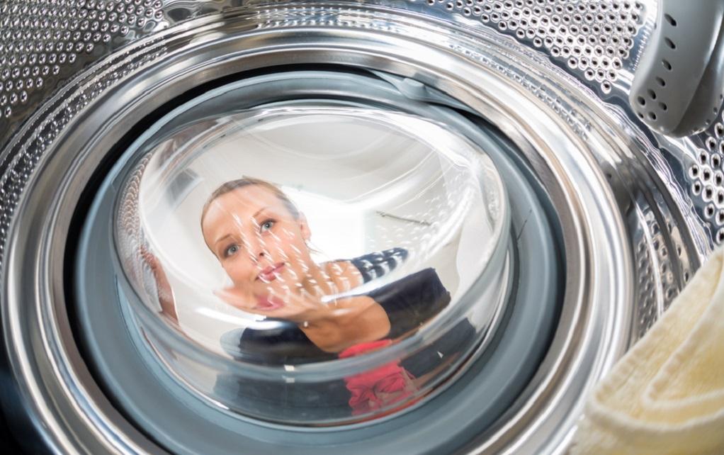 Стиральная машина набирает и сливает воду